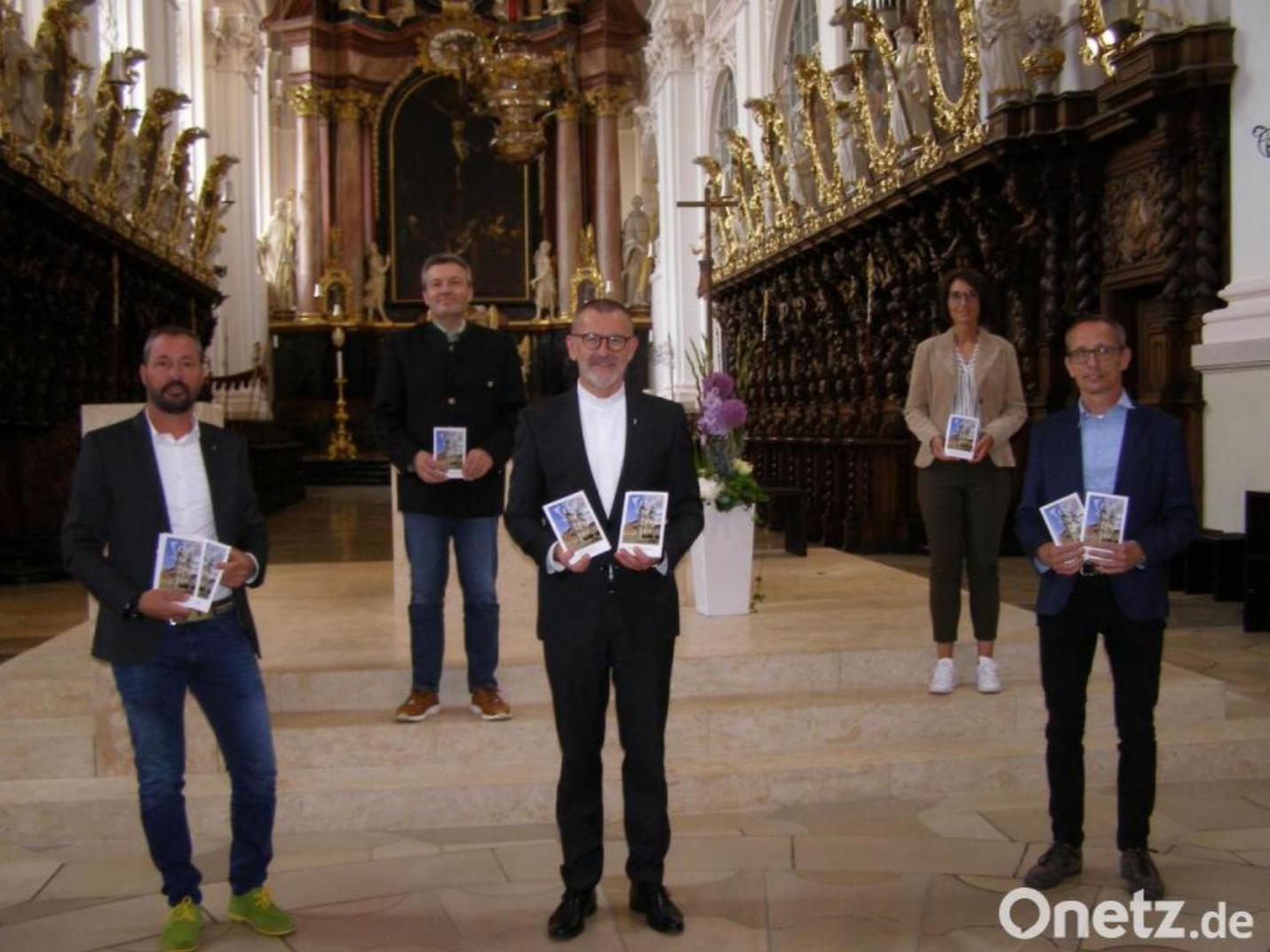 Übergabe Kirchenführer Waldsassen