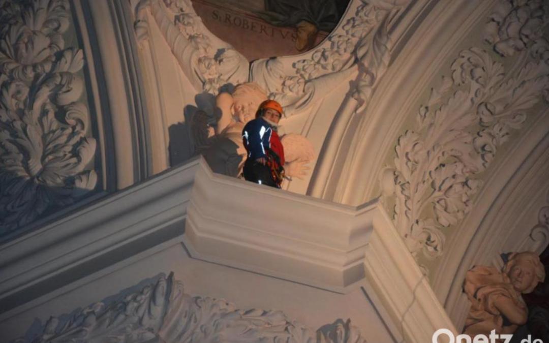 """""""Spiderfrau"""" hoch unter dem Gewölbe der Basilika"""